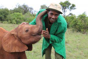 Mbegu mit einem der Pfleger in der Auffangstation